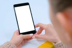 Изображение модель-макета - женщина держа черный смартфон с белым пустым экраном стоковое фото