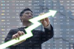 Изображение молодого бизнесмена вытягивая диаграмму Концепция роста диаграммы Стоковое Фото