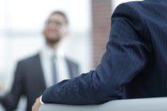 Изображение молодого бизнесмена связывая с его коллегой Стоковые Фотографии RF