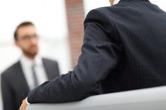 Изображение молодого бизнесмена связывая с его коллегой Стоковое Фото