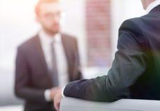Изображение молодого бизнесмена связывая с его коллегой Стоковое Изображение RF