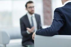 Изображение молодого бизнесмена связывая с его коллегой Стоковая Фотография RF