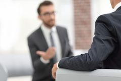 Изображение молодого бизнесмена связывая с его коллегой Стоковое фото RF