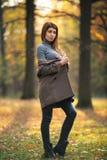 Изображение молодой длинн-с волосами женщины в парке осени стоковая фотография rf
