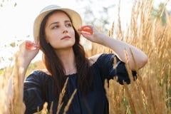 Изображение молодой женщины в шляпе в пшеничном поле Стоковые Фотографии RF