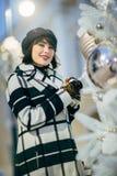 Изображение молодой женщины на прогулке рядом с украшенным белым спрусом outdoors стоковое фото rf