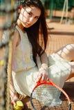 Изображение молодой красивой женщины брюнет играя теннис на cour Стоковые Фотографии RF