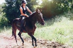 Изображение молодой милой девушки ехать ее лошадь Стоковое Изображение