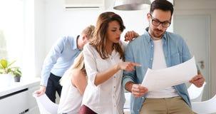 Изображение молодых архитекторов обсуждая о проекте Стоковая Фотография RF