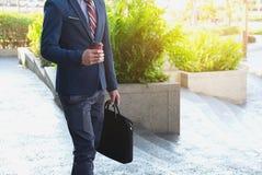 Изображение молодого бизнесмена идя вперед с портфелем Стоковая Фотография