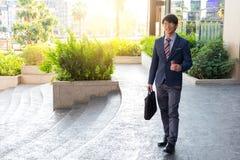 Изображение молодого бизнесмена идя вперед с портфелем Стоковые Фотографии RF