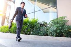 Изображение молодого бизнесмена идя вперед с портфелем Стоковое Изображение RF
