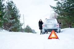 Изображение молодой женщины имея проблему с автомобилем на wint Стоковые Изображения