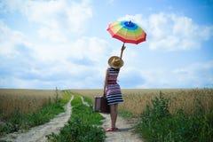 Изображение молодой женщины с зонтиком радуги и Стоковые Фото