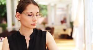 Изображение молодой коммерсантки в кафе Стоковые Фотографии RF