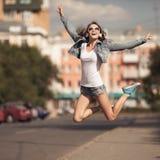 Изображение молодой счастливой женщины, слушая музыка и потеха иметь стоковое изображение rf