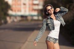 Изображение молодой счастливой женщины, слушая музыка и потеха иметь стоковые изображения rf