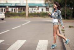 Изображение молодой счастливой женщины, слушая музыка и потеха иметь стоковая фотография