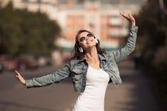 Изображение молодой счастливой женщины, слушая музыка и потеха иметь стоковые фото