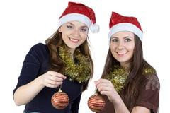 Изображение 2 молодых женщин с шариками рождества Стоковая Фотография RF