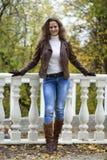 Изображение моды осени молодой женщины идя в парк Стоковая Фотография