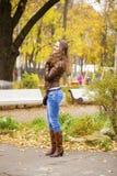 Изображение моды осени молодой женщины идя в парк Стоковые Фотографии RF