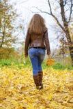 Изображение моды осени молодой женщины идя в парк Стоковые Изображения RF