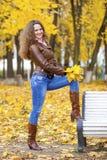 Изображение моды осени молодой женщины идя в парк Стоковая Фотография RF