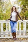 Изображение моды осени молодой женщины идя в парк Стоковое Фото