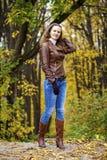 Изображение моды осени молодой женщины идя в парк Стоковое Изображение RF