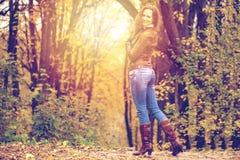 Изображение моды осени молодой женщины идя в парк Стоковые Фото