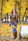 Изображение моды осени молодой женщины идя в парк Стоковое Изображение
