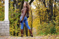 Изображение моды осени молодой женщины идя в парк Стоковые Изображения