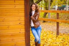Изображение моды осени молодой женщины идя в парк Стоковое фото RF
