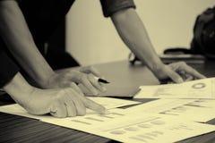 Изображение мужской руки указывая на деловой документ Стоковая Фотография