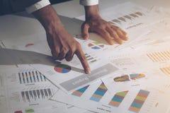 Изображение мужской руки указывая на документ бизнес-отчета стоковые фото