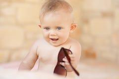 Изображение младенца играя концепция outdoors, влюбленности и счастья Стоковые Фотографии RF