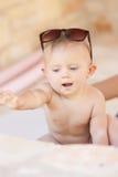 Изображение младенца играя концепция outdoors, влюбленности и счастья Стоковая Фотография