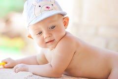 Изображение младенца играя концепция outdoors, влюбленности и счастья Стоковое фото RF