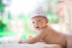 Изображение младенца играя концепция outdoors, влюбленности и счастья Стоковое Фото