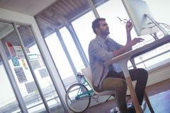 Изображение наклона бизнесмена работая на компьютере Стоковое Фото