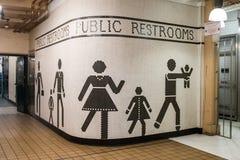 Изображение на входе bathrooms в рынке Pike в Сиэтл, Вашингтоне, США стоковое изображение rf
