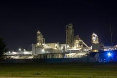 Изображение ночи завода по обработке тимберса Стоковая Фотография RF