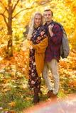 Изображение обнимать пар на прогулке в лесе осени стоковая фотография rf