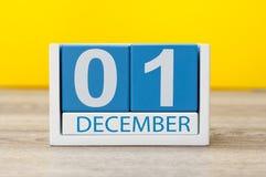 Изображение 1-ое декабря календаря цвета 1-ое декабря деревянного на желтой предпосылке Стоковая Фотография RF