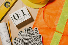 Изображение 1-ое мая может 1 календарь блоков белизны деревянный с constr Стоковые Изображения RF