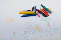 Изображение дома, солнца, цветет карандаши на таблице Стоковое фото RF