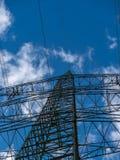 Изображение опоры линии электропередач с пасмурной предпосылкой стоковые фотографии rf