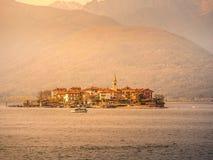 Изображение острова borromeo на maggiorte озера во время захода солнца стоковое фото