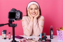 Изображение очаровывать молодую женщину брюнета рекламирует новые пр стоковое изображение